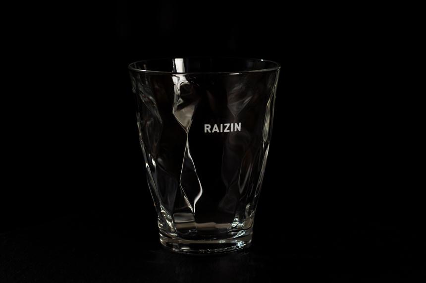 缶のデザインをイメージしたと思われるおしゃれなRAIZINグラス